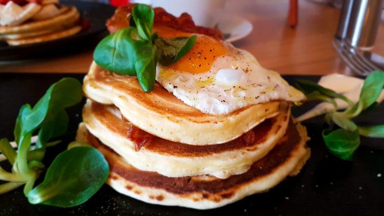 Pancakes mit Bacon und Spiegelei auf Schieferplatte