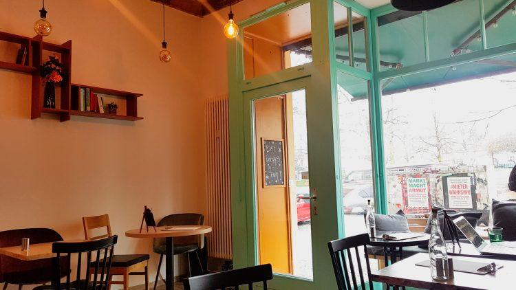 Cafe Innenraum mit türkiser tür