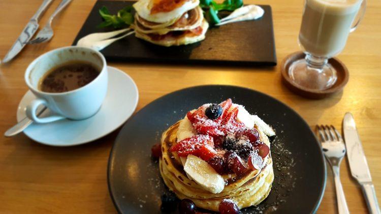 Pancakes mit Obst auf Teller