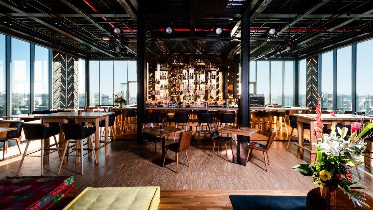 Stühle und Tische mit Blick auf 260 Grad Bar in Friedrichshain