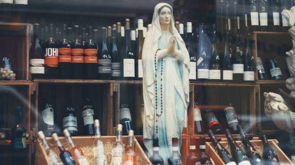 Madonnenfigur in einer Weinauslage