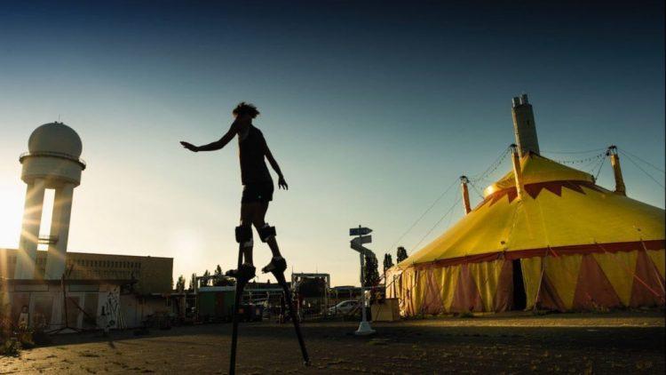 Mit Pfannkuchen-Jonglage und Luftakrobatik feiert der Circus Cabuwazi 40 Jahre Marzahn.