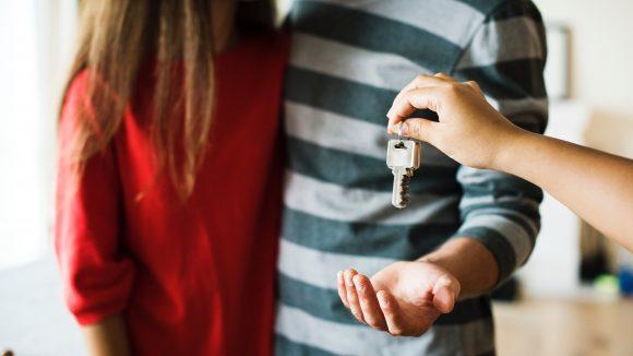 Paar bekommt Schlüssel zur Wohnung