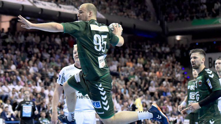 Handballer setzt zum Spring an