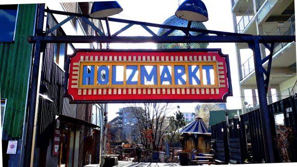 Holzmarkt-Schild am Eingang