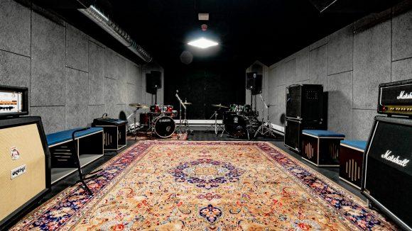 """Die Proberäume im """"House of Music"""" sind mit einem Drumset, einer Musikanlage und Mikrofonen ausgestattet und stehen klangtechnisch einem Tonstudio in nichts nach."""