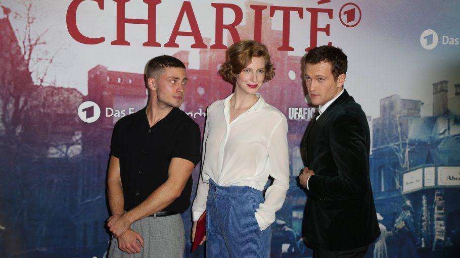 Jannik Schümann, Luise Wolfram und Artjom Gilz auf der Charite-Premiere