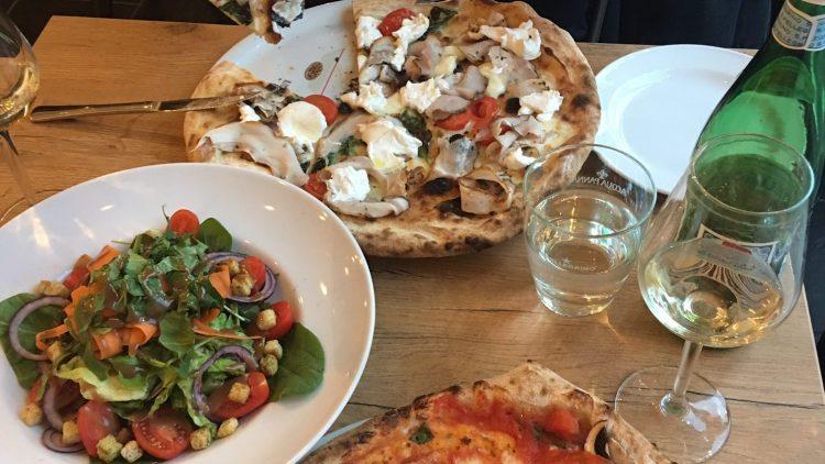 """Lecker! Die Signature Pizza """"Mercato Famous Pizza"""" und """"Di Berlino""""-Salat ."""