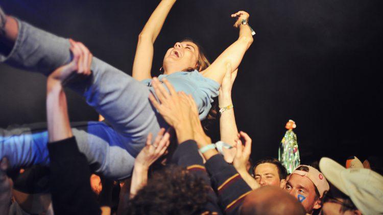 Frau beim Crowdsurfen auf Immergut Festival