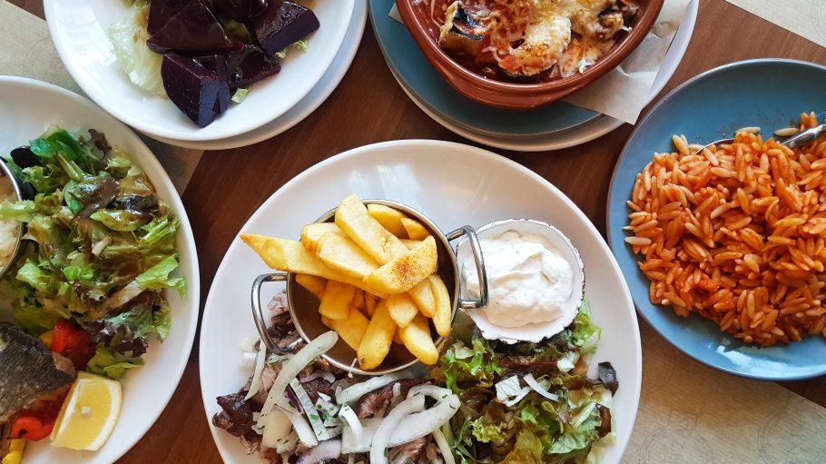 Gyroos, Reisnudeln, rote Beete und Fisch auf Teller