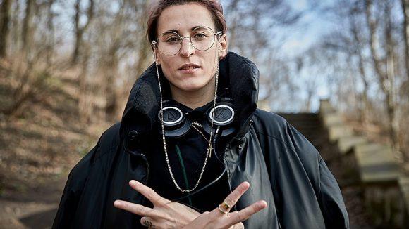 Die Frau hat Musik im Kopf: Mine hat im Volkspark Friedrichshain nicht nur uns, sondern auch die obligatorischen Kopfhörer und lässige Posen im Gepäck.