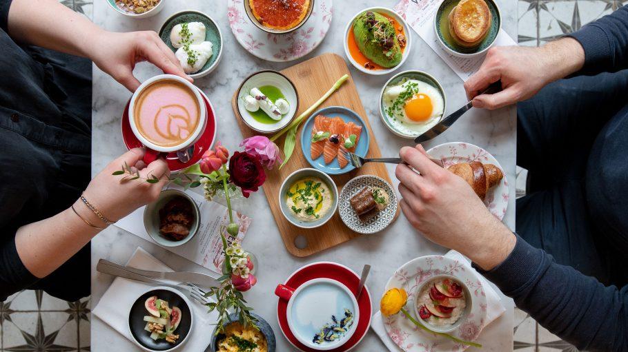 Frühstück und Brunch Frühstück und Brunch mit Eiern, Kaffee, Lachs, Avocacdo und Hummus im Venue