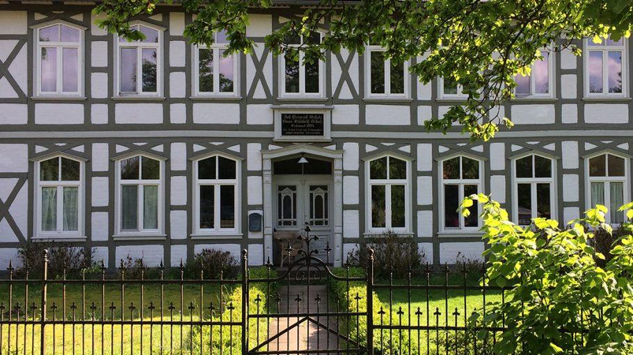schönes altes Fachwerkhaus im Grünen