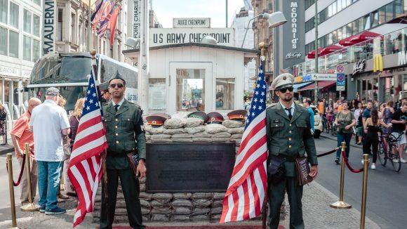 """""""Unechte"""" Soldaten vor dem Checkpoint Charly"""