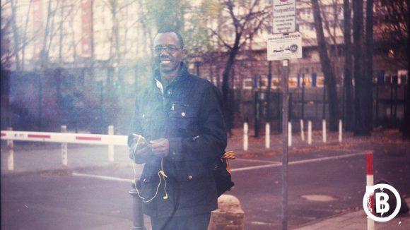 Ein Schwarzer namens Harrison lächelt in die Kamera.