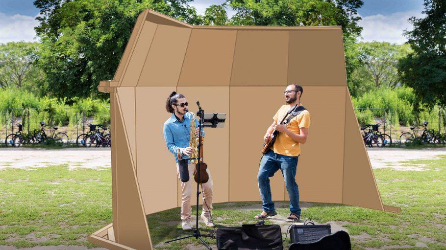 2 Musiker mit Saxophon und e-Gitarre im Park vor einer Acoustic Shell