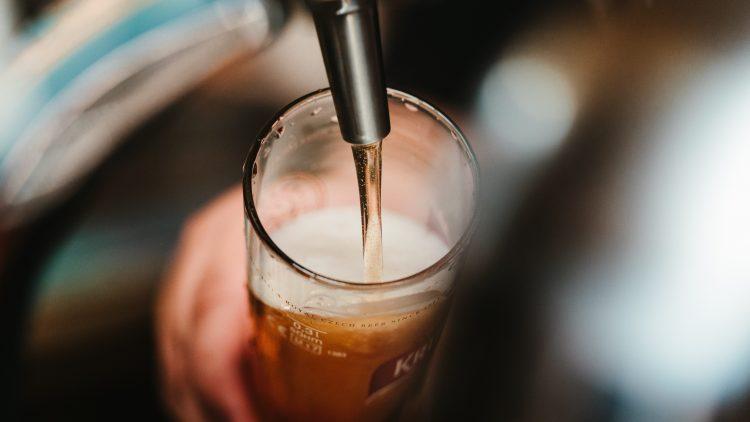 Bier wird in ein 0,3 Liter-Glas im Eschenbräu im Wedding gezapft.