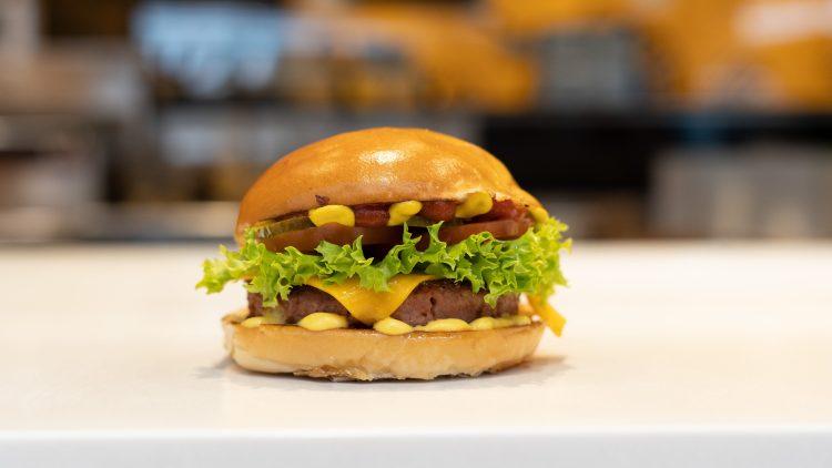 The Beyond Vincent Burger belegt mit vegetarischen Patty von Beyond Meat Burger, Salat und Käse.