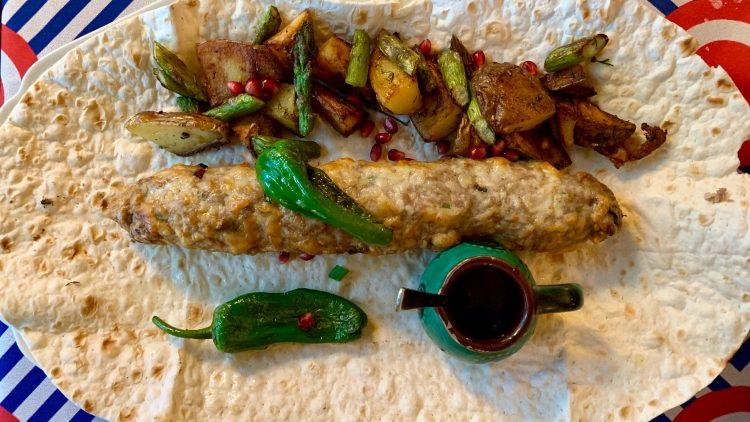 Hähnchenhack mit Pimientos, Kartoffel, grüner Spargel und Granatapfel