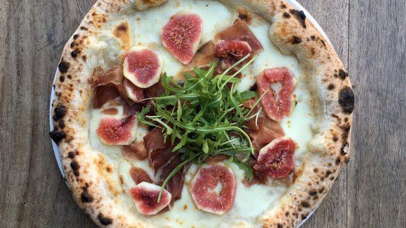 Neue neapolitanische Pizza mit Schinken und Feige bei Dookie Pizza