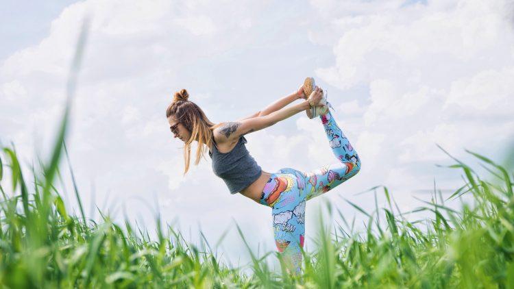 Du verlagerst deine Dehnübungen auch gern nach draußen? Kein Wunder, Fitness im Freien tut doppelt gut!