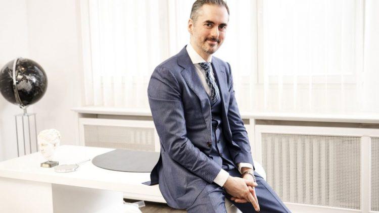 Prof. Dr. med. Nektarios Sinis in seiner Klinik