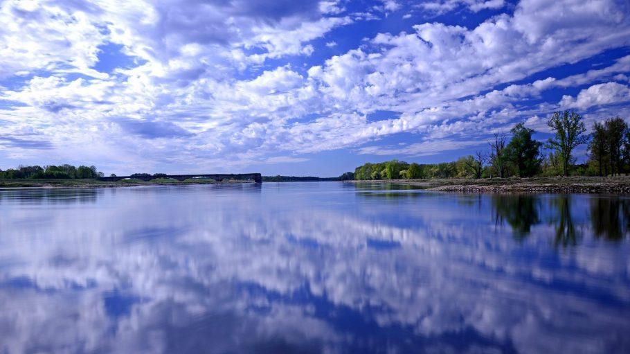 Blick auf einen großen See
