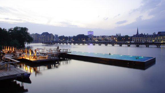 Beleuchteter Steg und Pool vom Badeschiff Berlin