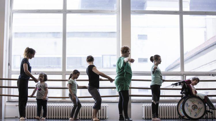 Kinder trainieren an der Ballettstange.