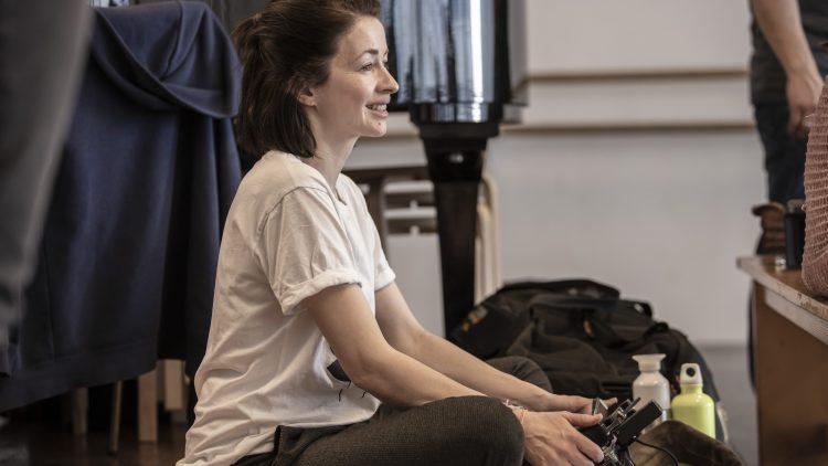 Loretta Stern sitzt auf dem Boden im Studio.