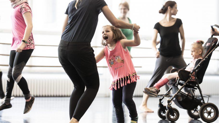 Kleines Mädchen tanzt mit seiner Mutter im Tanzstudio