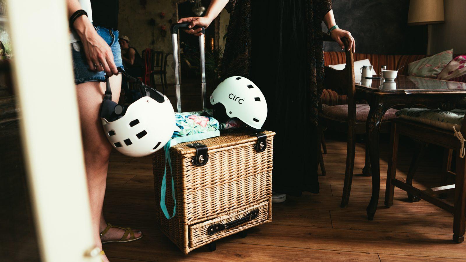 Picknickkorb mit Fahrradhelmen und Decke drauf