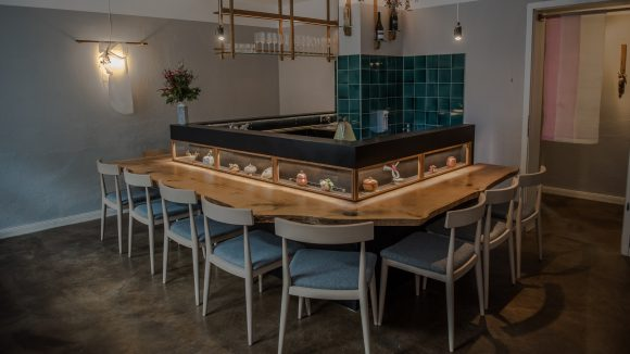Holzstühle um eine Bar im Choi in Prenzlauer Berg