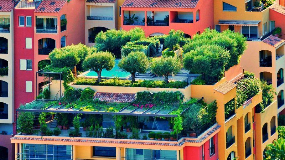 Dachgärten auf roten und gelben Häusern