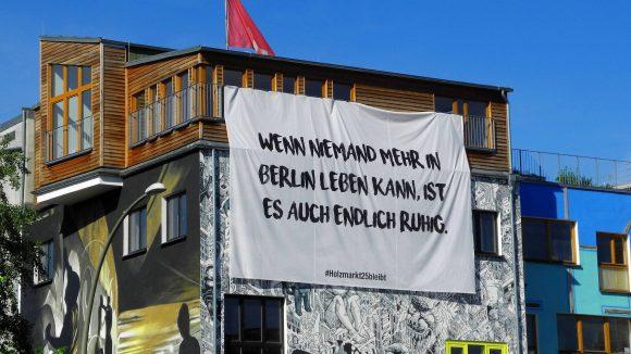 """Plakat am Holzmarkt 25: """"Wenn niemand mehr in Berlin leben kann, ist es endlich ruhig."""""""