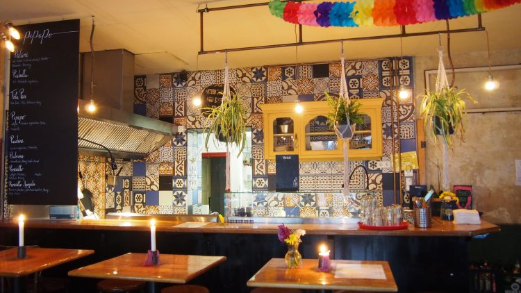 Das Innere des Pipapo mit bunten Lampions und gemusterten Kacheln.