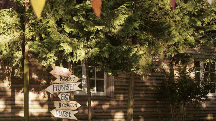 Ein Holzhaus mit Schildern.