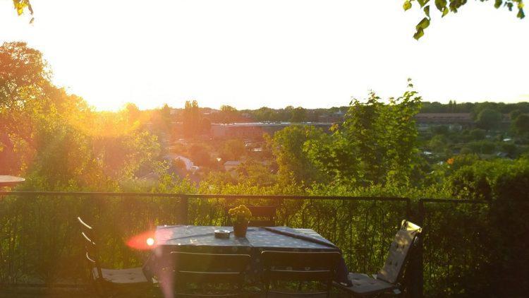 Ein Tisch im Grünen beim Sonnenuntergang.
