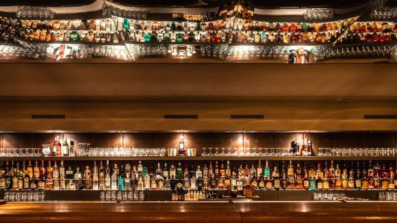 Bar mit vielen Flaschen und Gläsern