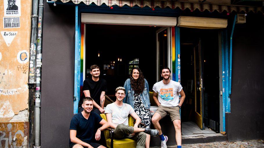 Vier junge Männer und eine Frau stehen vor der geöffneten Moritz Bar in Berlin-Wedding