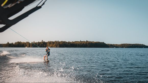 Ein Wakeboarder am See.