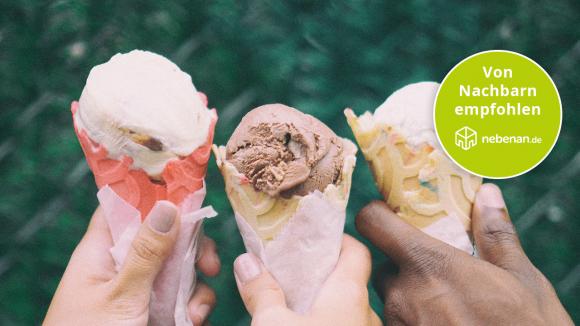 Drei Hände, die jeweils eine Tüte Eis in der Hand halten bei den Eisdielen, empfohlen von Nachbarn.