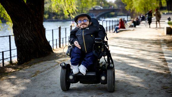 Raúl Krauthausen im Rollstuhl am Uferweg am Landwehrkanal.