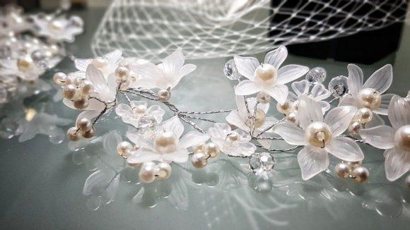 Haarschmuck in weiß und mit Perlen für die Braut bei La Dolce Vita