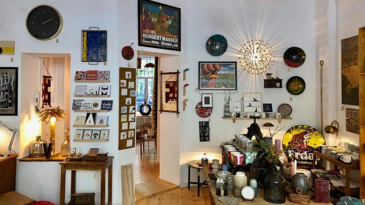 Laden mit Accessoires, Postkarten und Geschirr