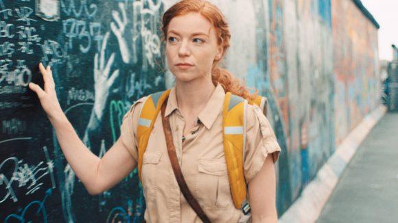 Marleen Lohse an der Berliner Mauer im Film Cleo