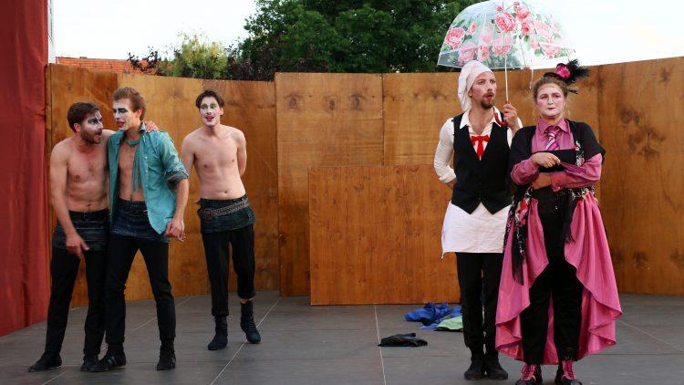 Die Monatgues mit Romeo, die obene ohne auf der Bühne sind, sowie Julias Amme mit Koch.