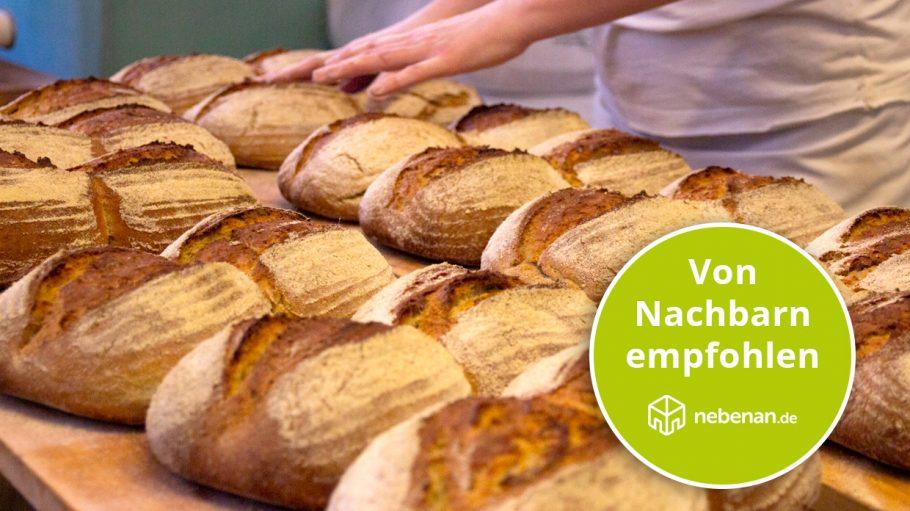 Viele Brote auf Holztisch