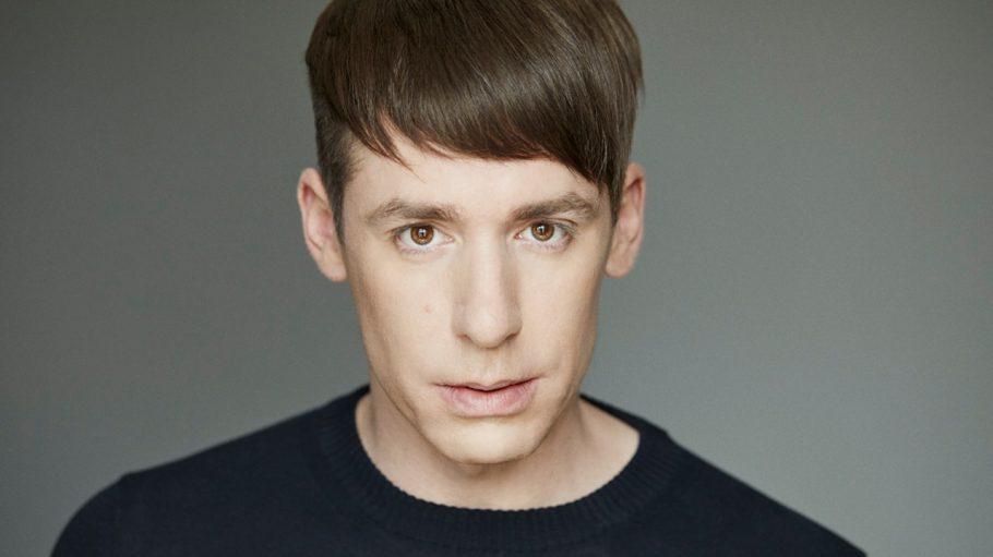 Mann mit dunklem Pullover und dunklen Haaren