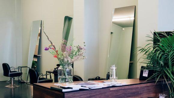 Friseursalon in Kreuzberg mit Empfang und drei Plätzen vor Spiegeln